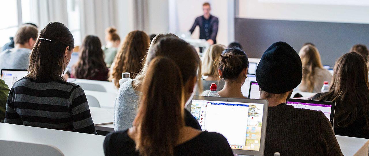Studierende in Vorlesungssal